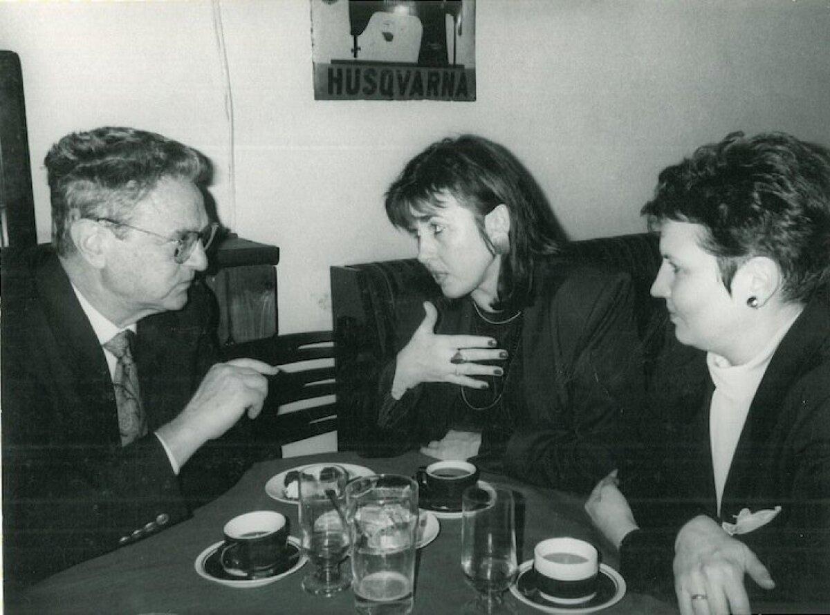 SOROSEGA: Miljardärist filantroop George Soros, Sirje Helme ja Mall Hellam Von Krahlis Tallinnas 1995. aasta aprillis.