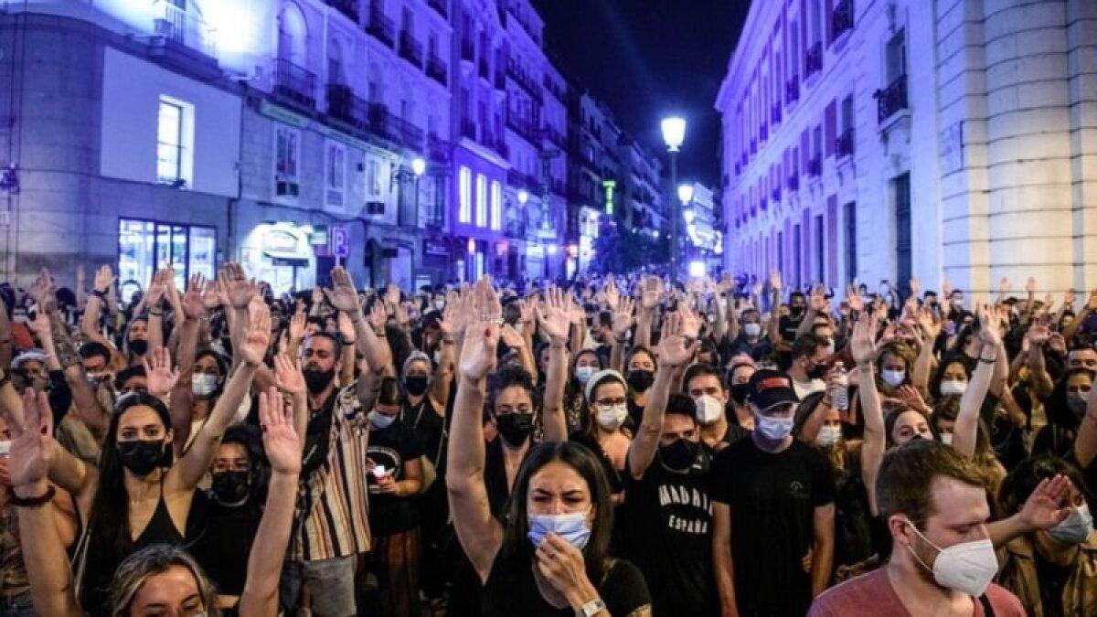 Люди собрались на мадридской площади Пуэрта-дель-Соль в знак протеста против насилия в отношении женщин и детей
