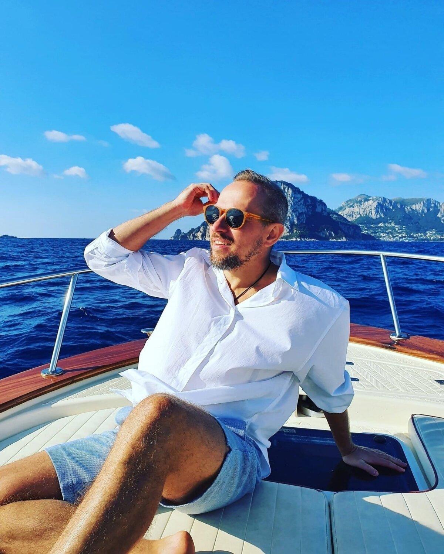 ПРИБЫЛЬНЫЙ БИЗНЕС: У мошенника и заказчика убийства Александра Товченко была сладкая жизнь, он много путешествовал и ходил в дорогой одежде. В конце концов, он исчез вместе с миллионами, полученными от инвесторов. ФОТО: Bitsonar.com