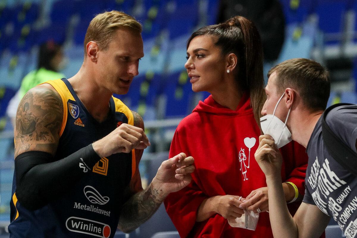 Koroonaviirusesse nakatunud Himki mängija Janis Timma koos popstaarist elukaaslase Anna Sedokovaga.