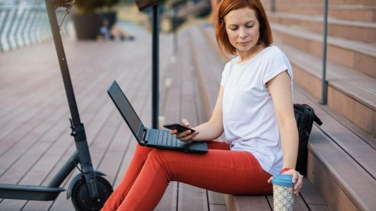 Если у вас нет доступа к розеткам, то лучше заранее зарядить ноутбук на 100%