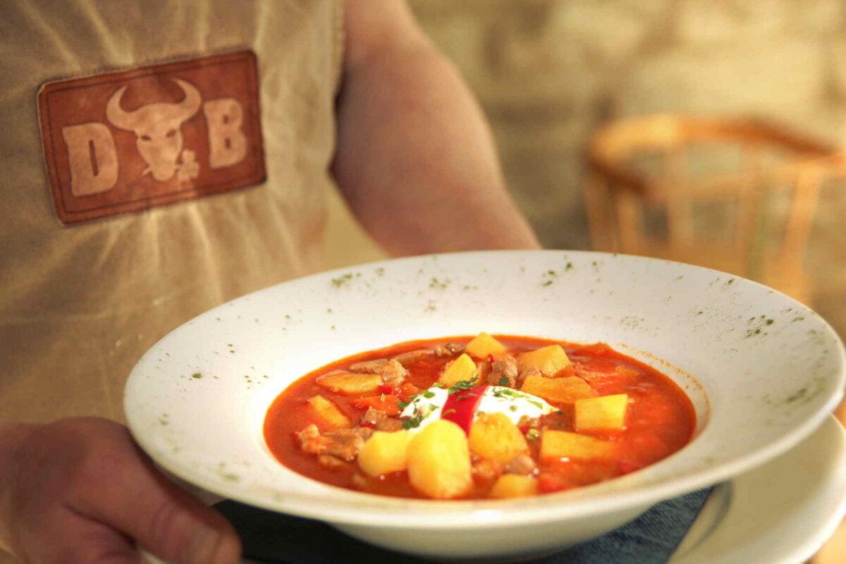 Burgerite tegemise kõrvalt jõuab Fleur ka abivajajatele tasuta suppi keeta.