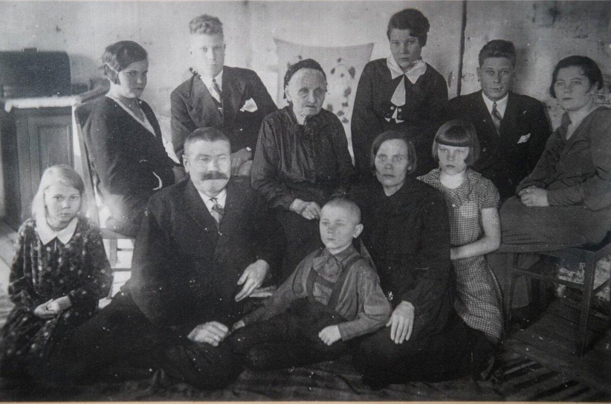 Raul Kuutma meenutab, et piltnik käis igal aastal korra külast läbi. See oli suursündmus. Kaheksa-aastane Raul (aastal 1932) istub õdede-vendade keskel, temast paremal pereisa Anton ja vasakul ema Helena.