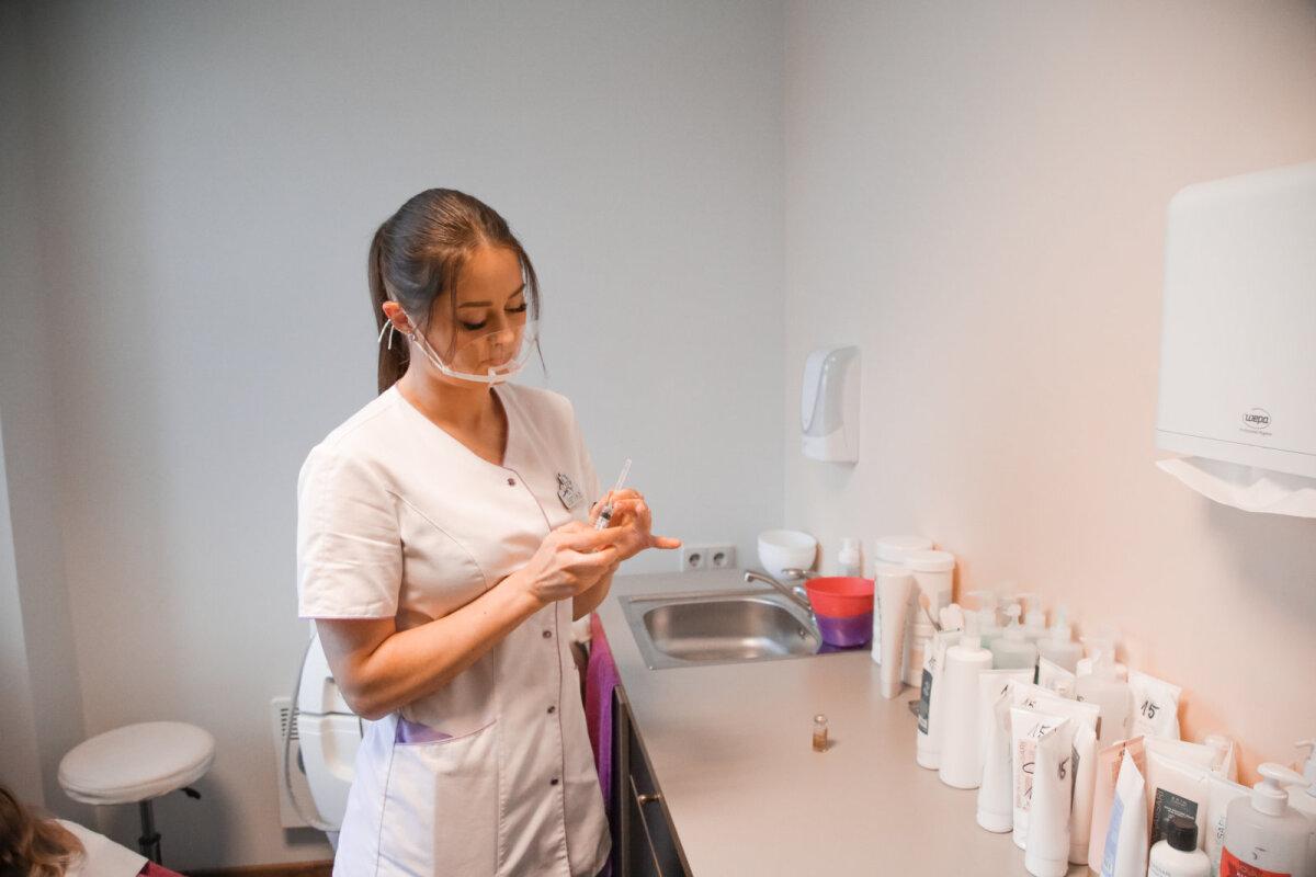 Яника на работе в клинике красоты