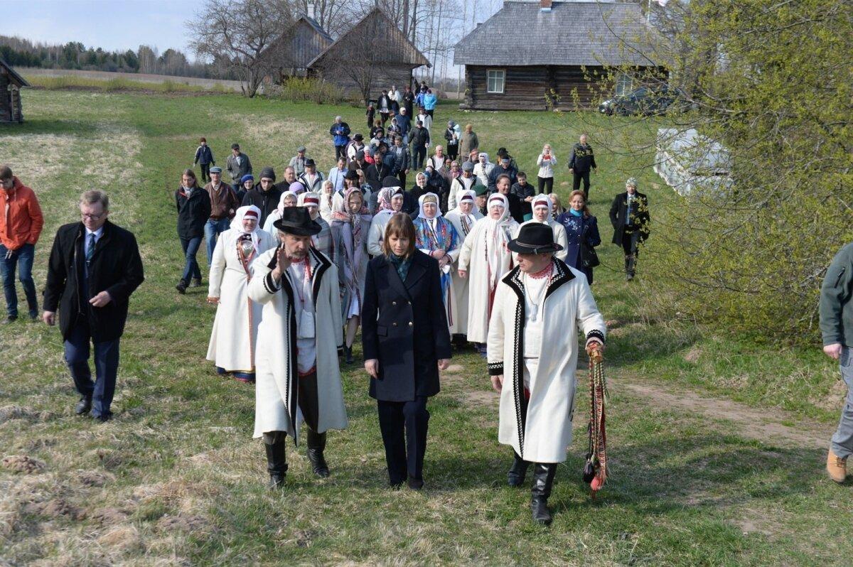 Setod nagu valge inglipilv ümber riigipea: ühelt poolt räägib Margus Timmo, teiselt sootska Aarne Leima, taga laulavad naised.