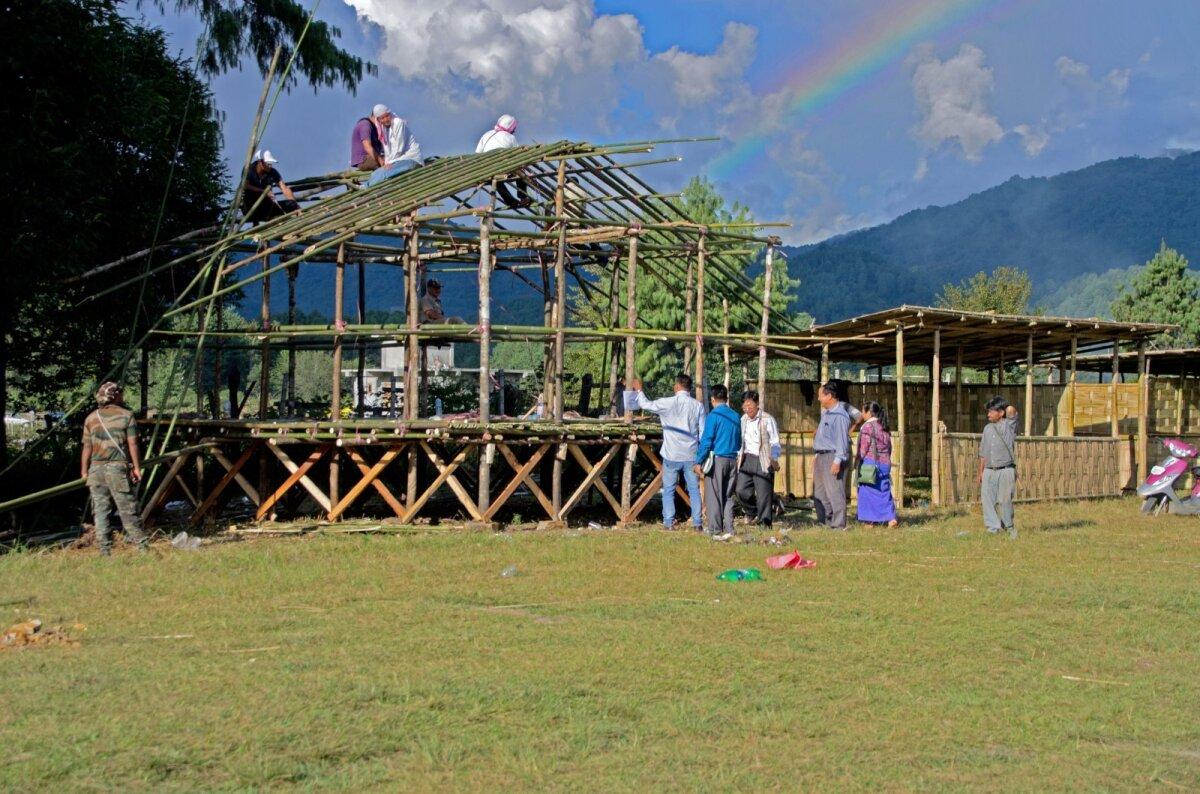 Bambusest festivalilava ehitamist alustatakse napilt enne peo algust.