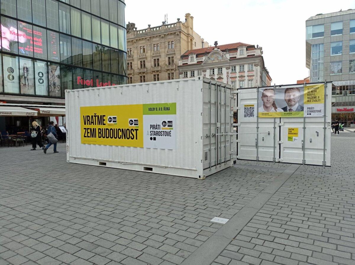 Piraatide ja Linnapeade kampaaniakonteiner Vaclavi väljakul.