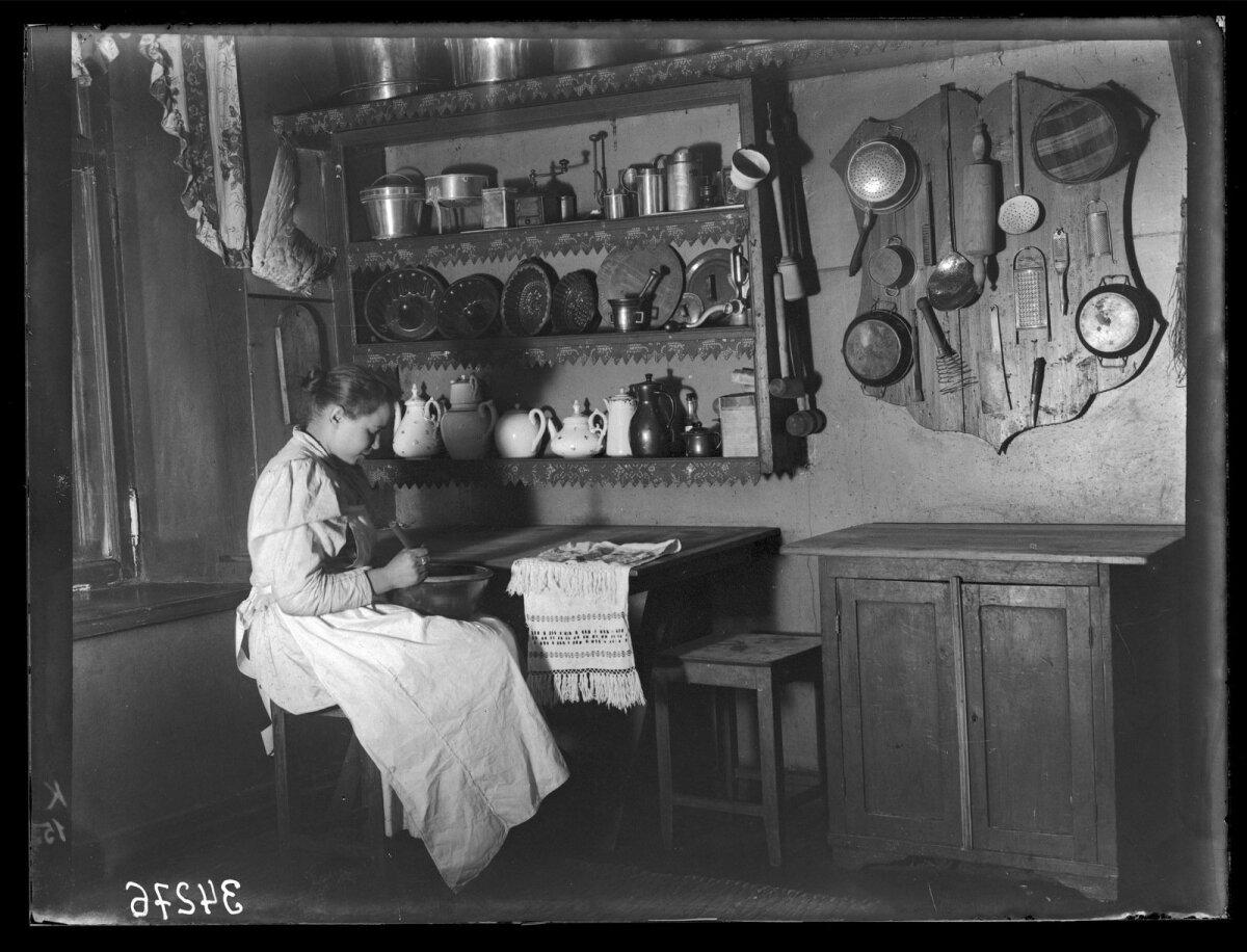 Nurk köögist, istuv naine