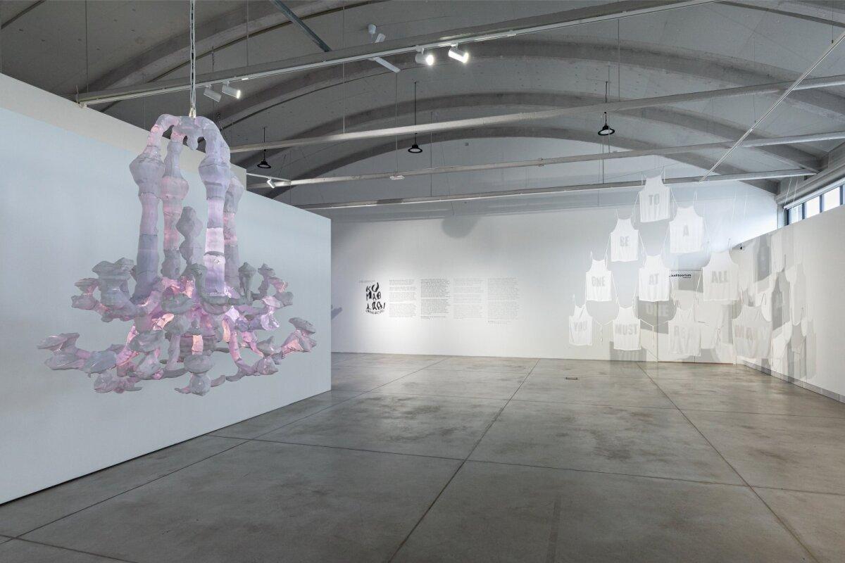 """Sandra Kosorotova teos """"Et üldse olla, on vaja paljusid"""" (paremal) ja Erin Dicksoni """"Autentne Veneetsia lühter"""" (vasakul) Kai kunstikeskuses 8. Tallinna rakenduskunsti triennaali peanäitusel """"Kumab läbi"""". Näituse kuraator on Taani kunstiajaloolane, klaasikunstnik ja õppejõud Stine Bidstrup."""