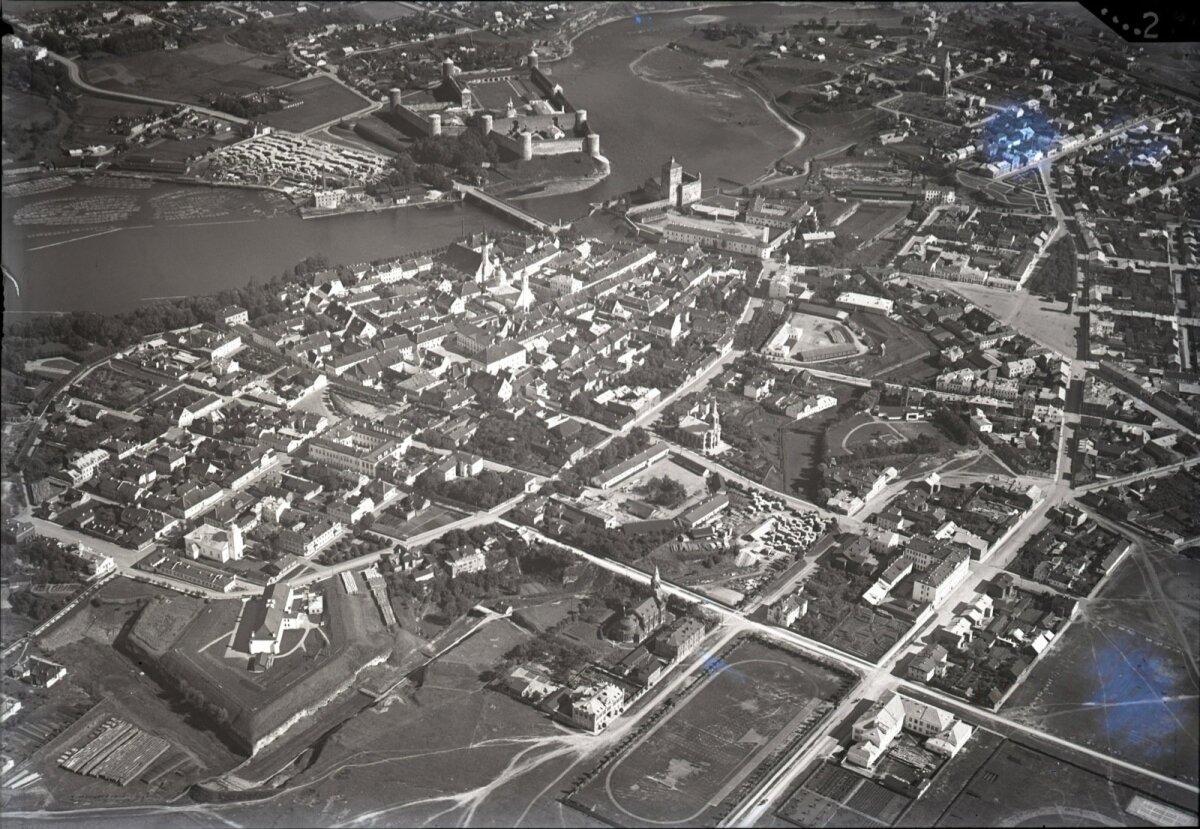 II MS, Narva aastal 1932 - üle jõe on näha Ivangorodi kindlust, ka Narva kindlus on näha.