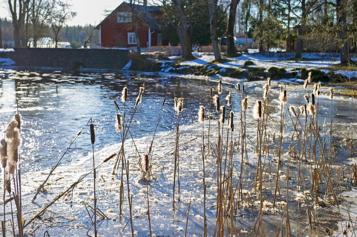 KEVADPÄEV: Võidula mõisa külje all voolavas jões on kevad juba päral.