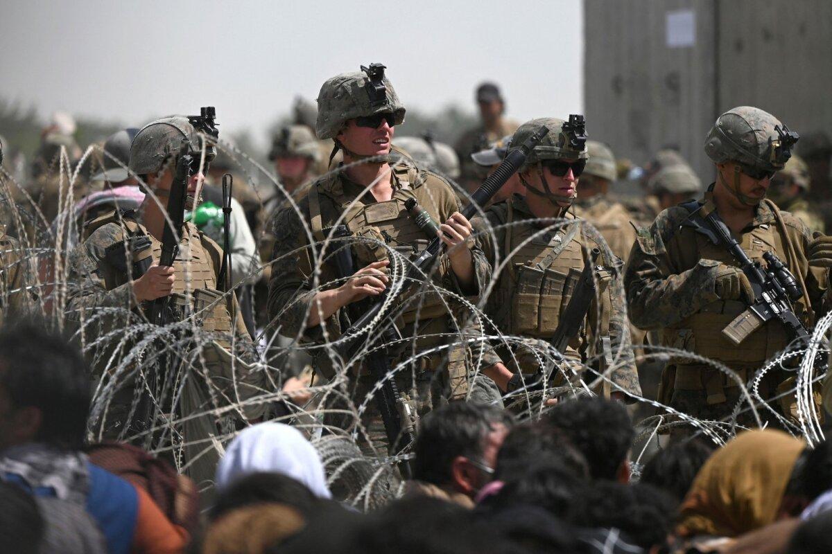USA sõdurid eile Kabuli lennujaamas. Okastraadi taga ootavad afgaanid.