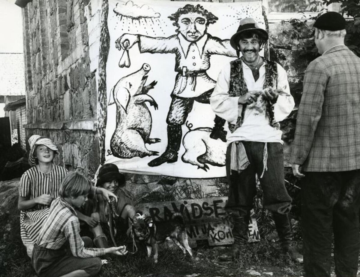"""VAPUSTAV MUSTLASPOISS: Väike Jaan Brezovski (musta mütsiga, all vasakul) """"Tätoveeringu"""" võtetel 1977. aastal."""