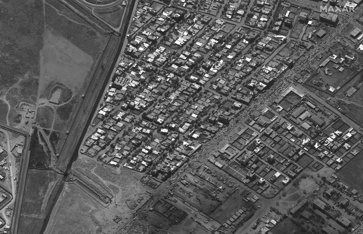 Eilsete satelliidipiltide järgi olid Kabuli lennujaama viivad teed autodest jätkuvalt umbes.