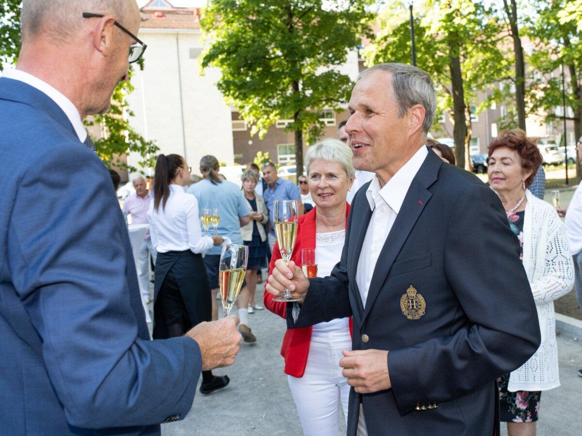 HEADE SOOVIDEGA Õnnitlejate hulgas oli ka Tallinna Sadama juhatuse esimees Valdo Kalm abikaasa Marjega.