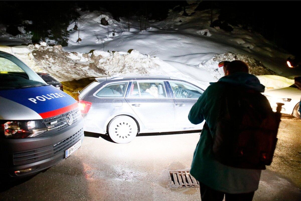Dopingupatused Karel Tammjärv ja Andreas Veerpalu sattusid Seefeldi politseimaja ees ajakirjanike piiramisrõngasse ning panid putku.