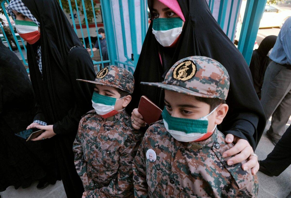 Teherani hääletaja tuli jaoskonda Iraani revolutsioonilise kaardiväe vormis poegadega.