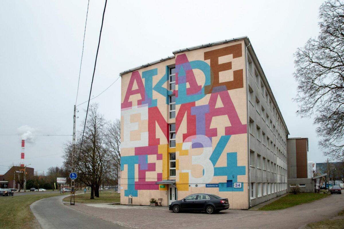 Akadeemia tee 34 aadressil asuvas munitsipaalhoones tegutseb kodutute öömaja. Otsaseinale on kantud suures kirjas aadress, et maja oleks abivajajatele juba kaugelt nähtav.
