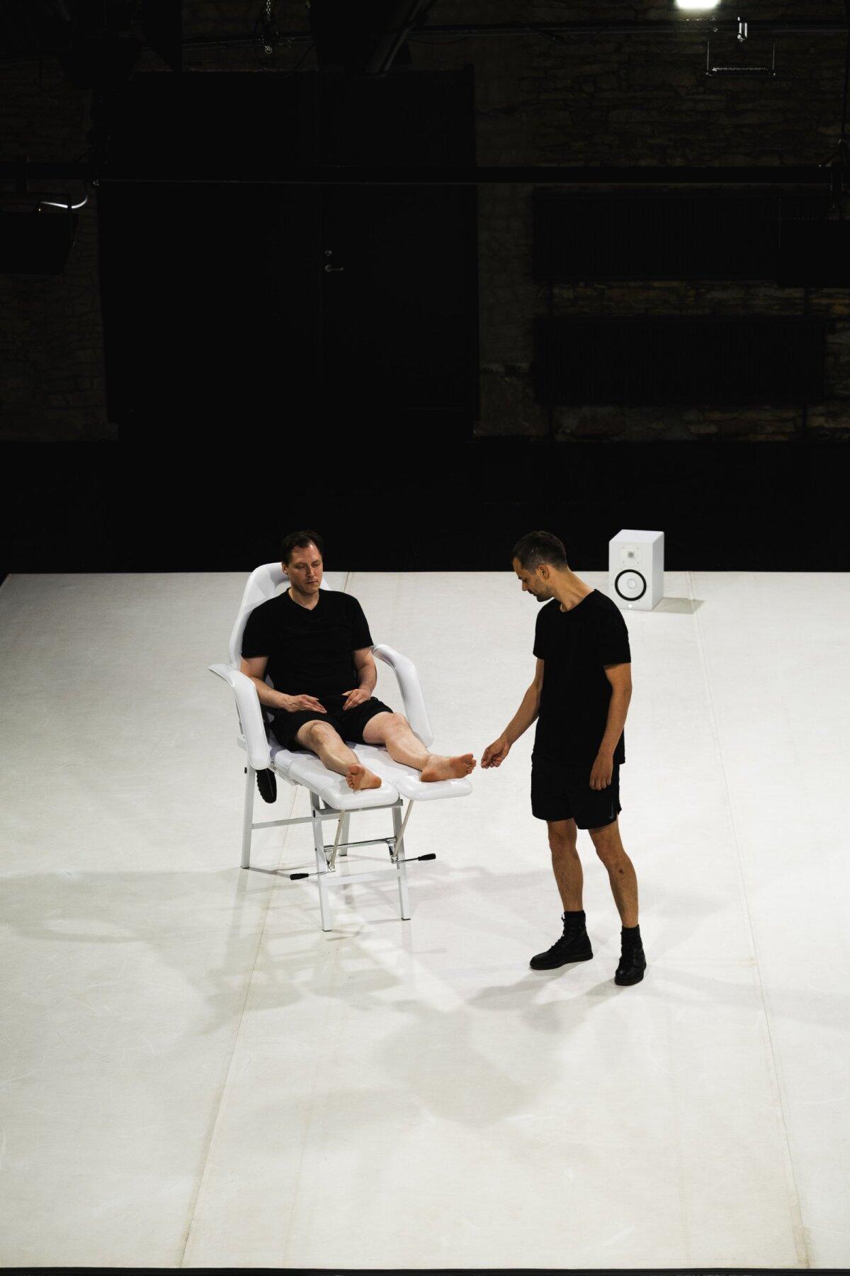 Ruslan Stepanov ja Karl Saks ühes teatriajaloo pikemas stseenis