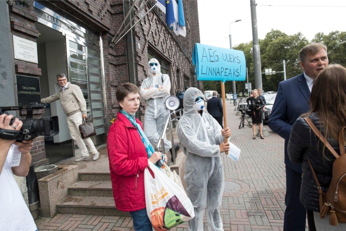 IRLi linnapeakandidaat Raivo Aeg oma meeskonnaga Tallinna linnavalitsuse juures korruptsiooni tõrjumas
