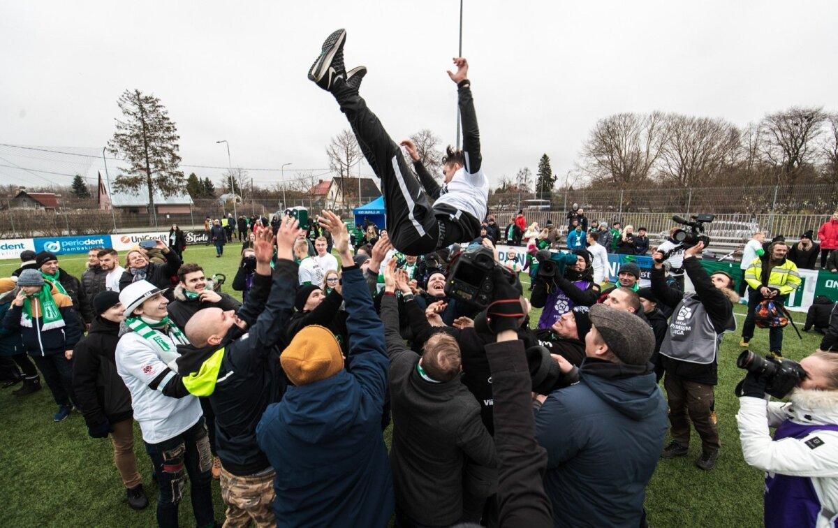 Mis õige tiitlivõidu tähistamine see ilma treeneri õhku viskamiseta on. Antud pildil saab vabalangemist tunda FC Flora peatreener Jürgen Henn.