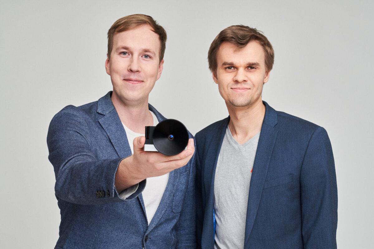 Jaan Viru (vasakul) ja arenduspartner Krakuli juht Jaan Hendrik Murumets kaamera insenerimudeliga. (Foto: Kaupo Kikkas, Crystalspace)