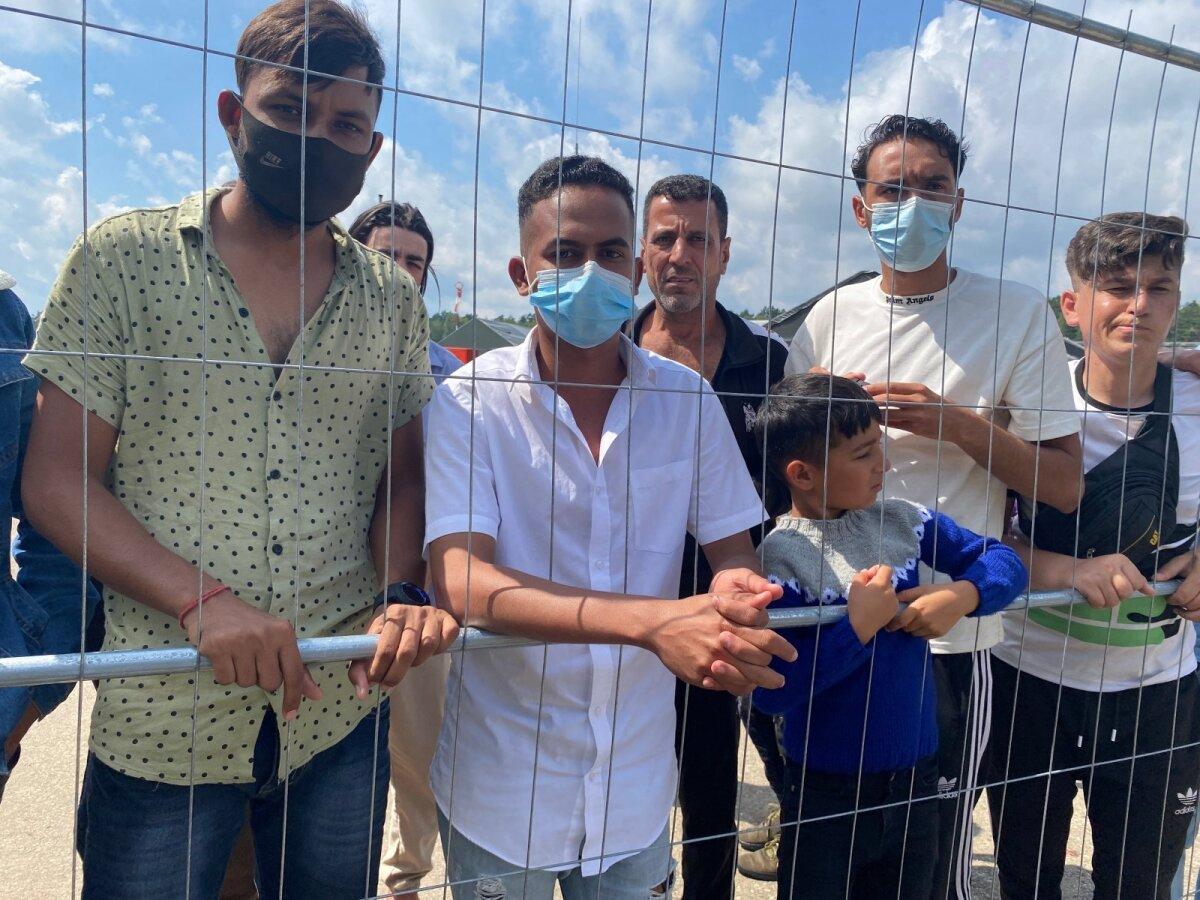 Абдурахман с другими задержанными нелегальными мигрантами