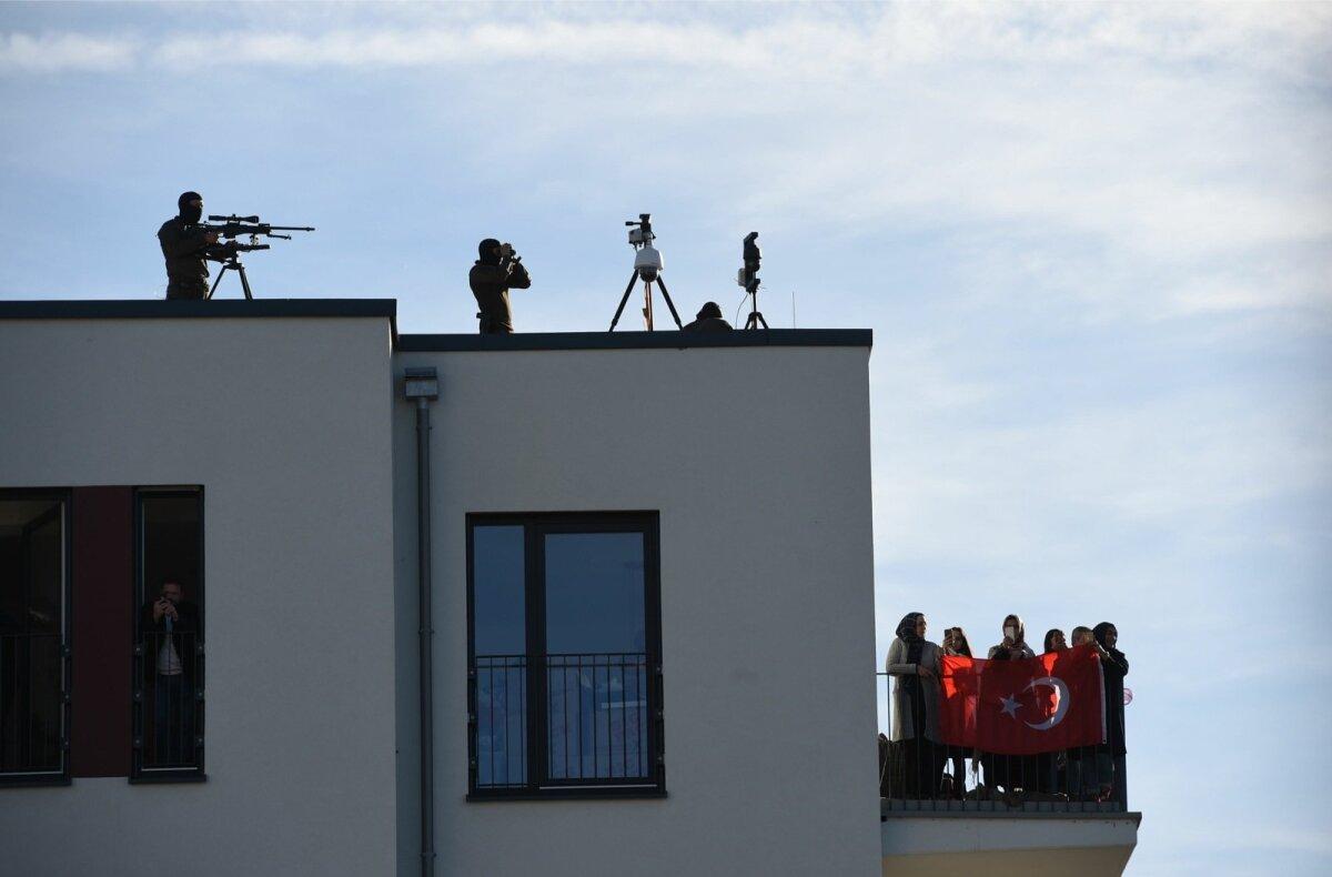 OHUSTATUD MEES: Presidenti Erdoğani esinemist Kölni hiigelmošee avamisel valvasid maja katusel asunud snaiprid.
