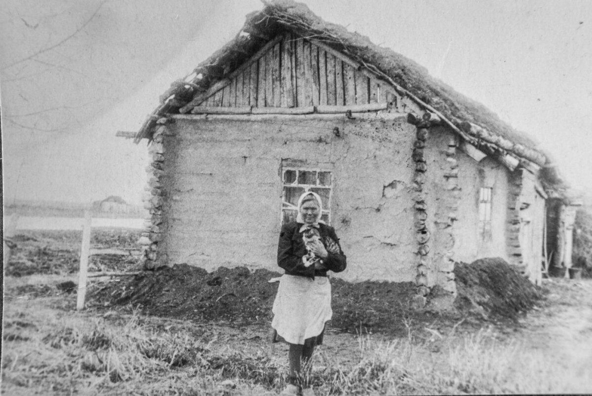 Ann Meri isaema Siberis Novosibirskis maja ees, kus ta küüditatuna elas.