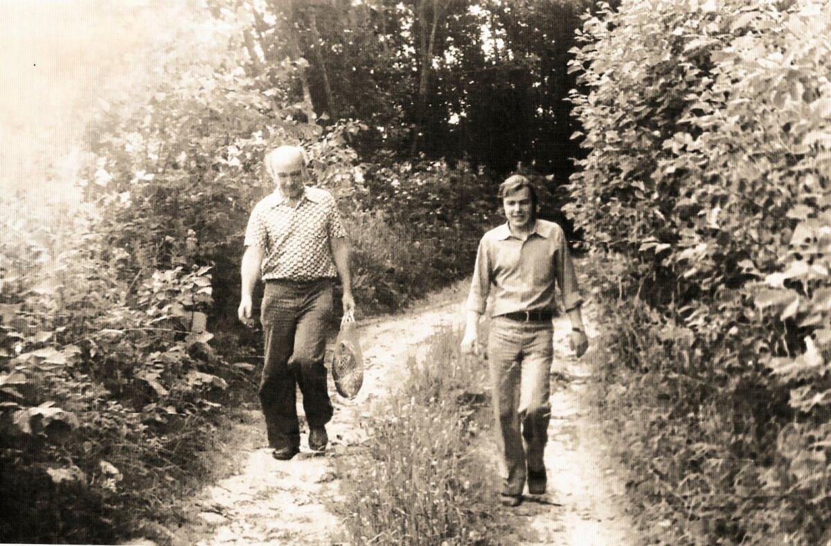 SÕBRAGA METSATEEL: (vasakult) Ain Kaalep ja Jüri Talvet 1977. aasta suvel Võrumaal, teel Kaalepi Sora talust bussipeatusse.