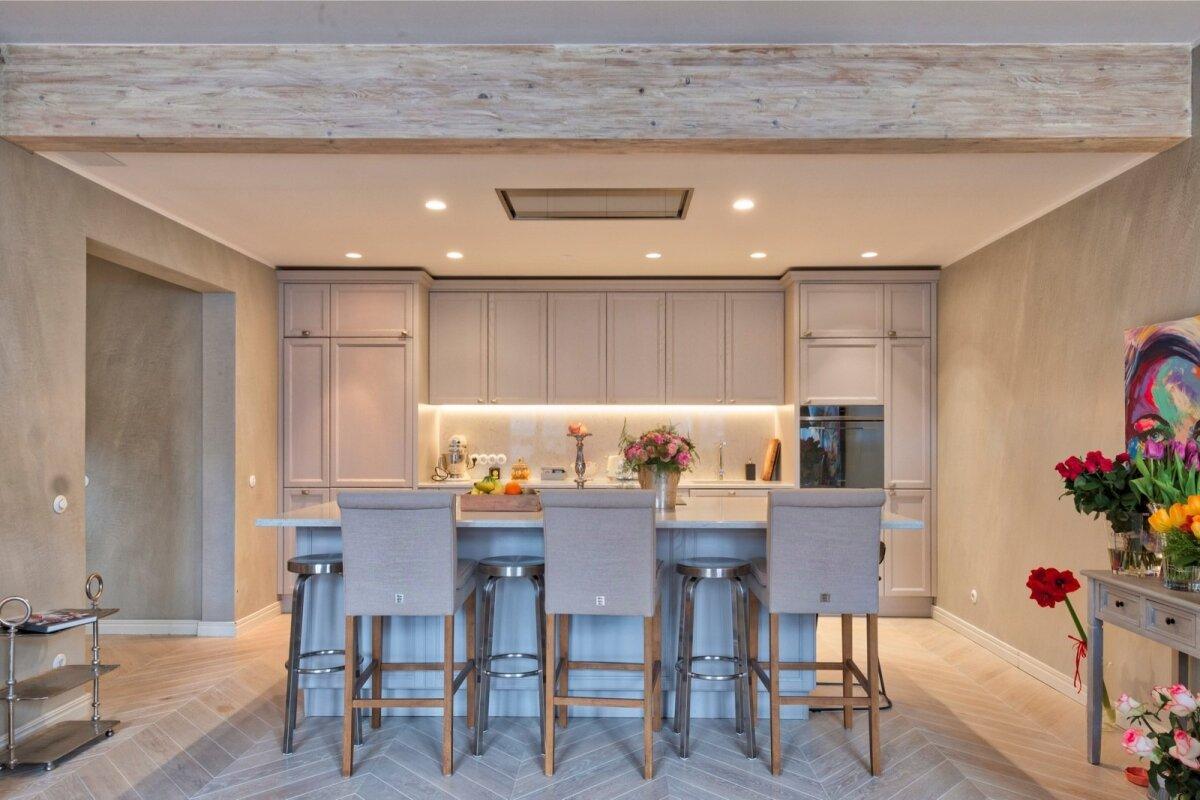 Köögi metalltoolid on tellitud Ali Babast. Nende kõrvale sobivad oivaliselt Riviera Maisoni puittoolid, luues üheskoos mõnusa kogumi.
