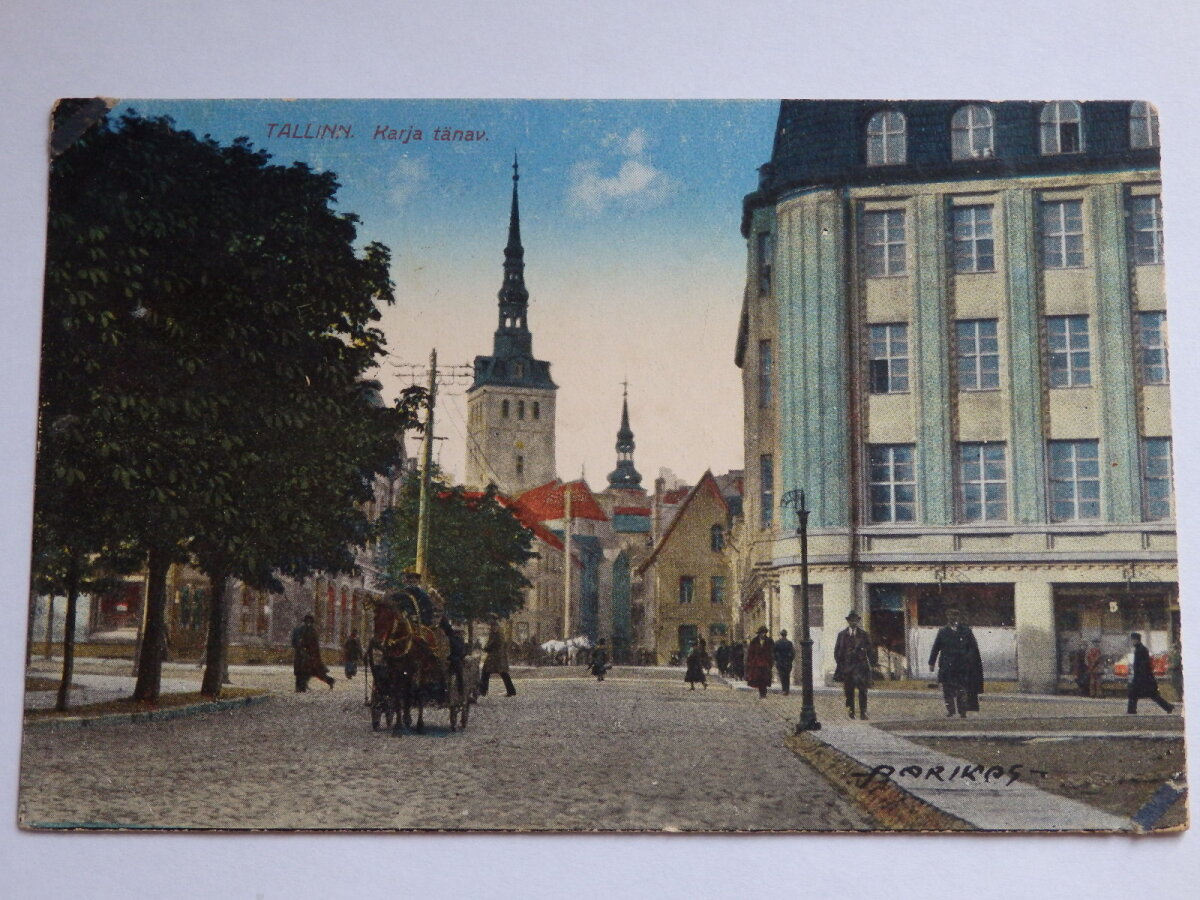 Vaade 1920. aastatel toonase Jaani tänava, nüüdse Pärnu maantee nurgalt Suur-Karja tänavale. Fotograaf asub omaaegse Lurenburgi suurtükitorni kohal. Kohtuhoone jääb vasakule puude varju.