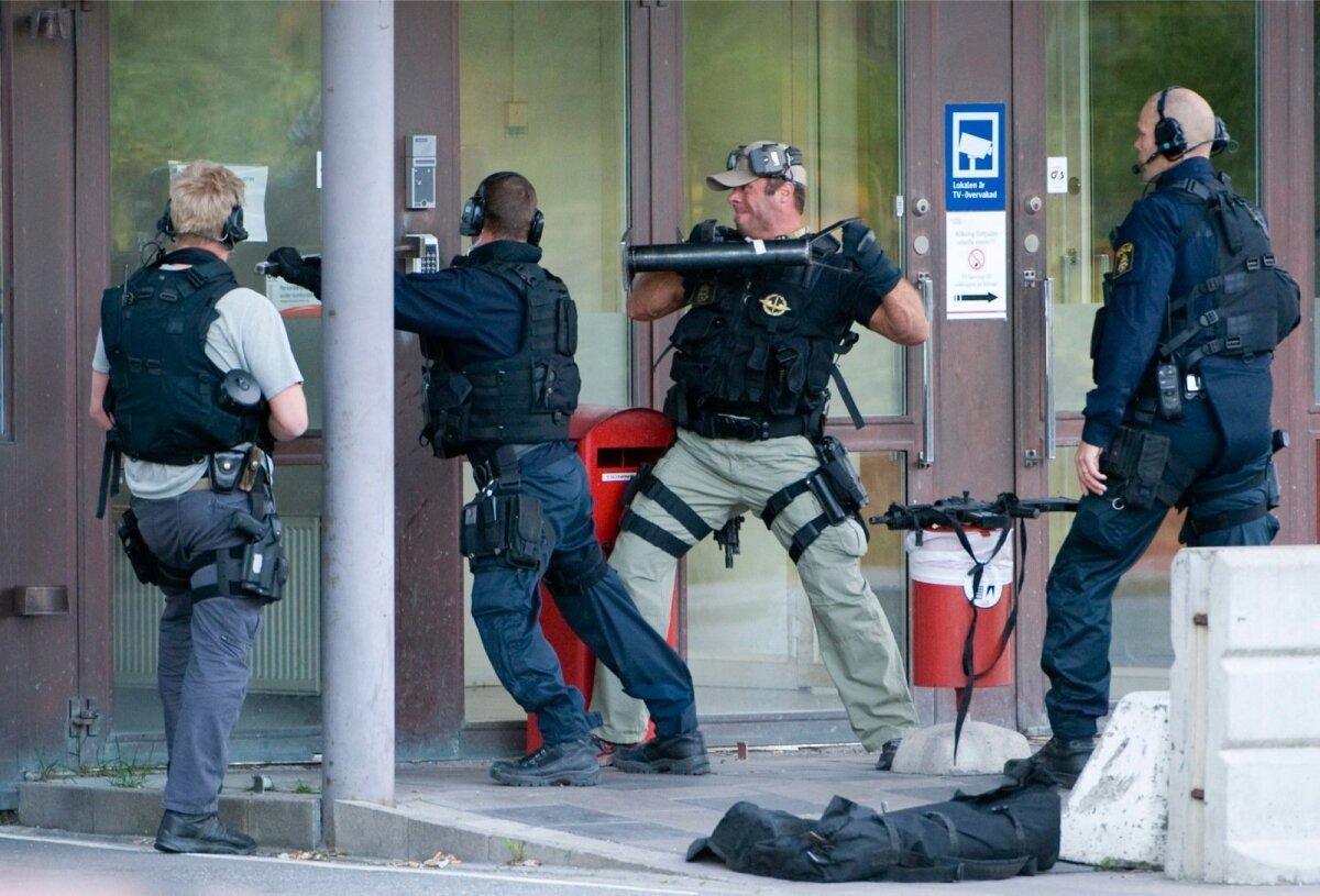 23. SEPTEMBER 2009: Politsei eriüksus lõhub maha G4S rahahoidla ust.