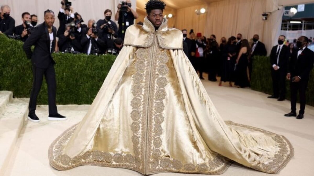 Рэппер Lil Nas X доминировал в чартах в этом году - и пришел в королевской мантии
