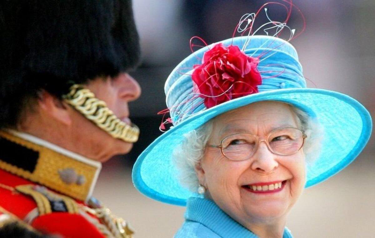 Это фото сделано в 2009 году во время ежегодной церемонии выноса знамени в честь дня рождения королевы - Trooping the Colour Parade. Приближенные четы говорят, что принц Филипп нередко смешил королеву в разгар официальных мероприятий