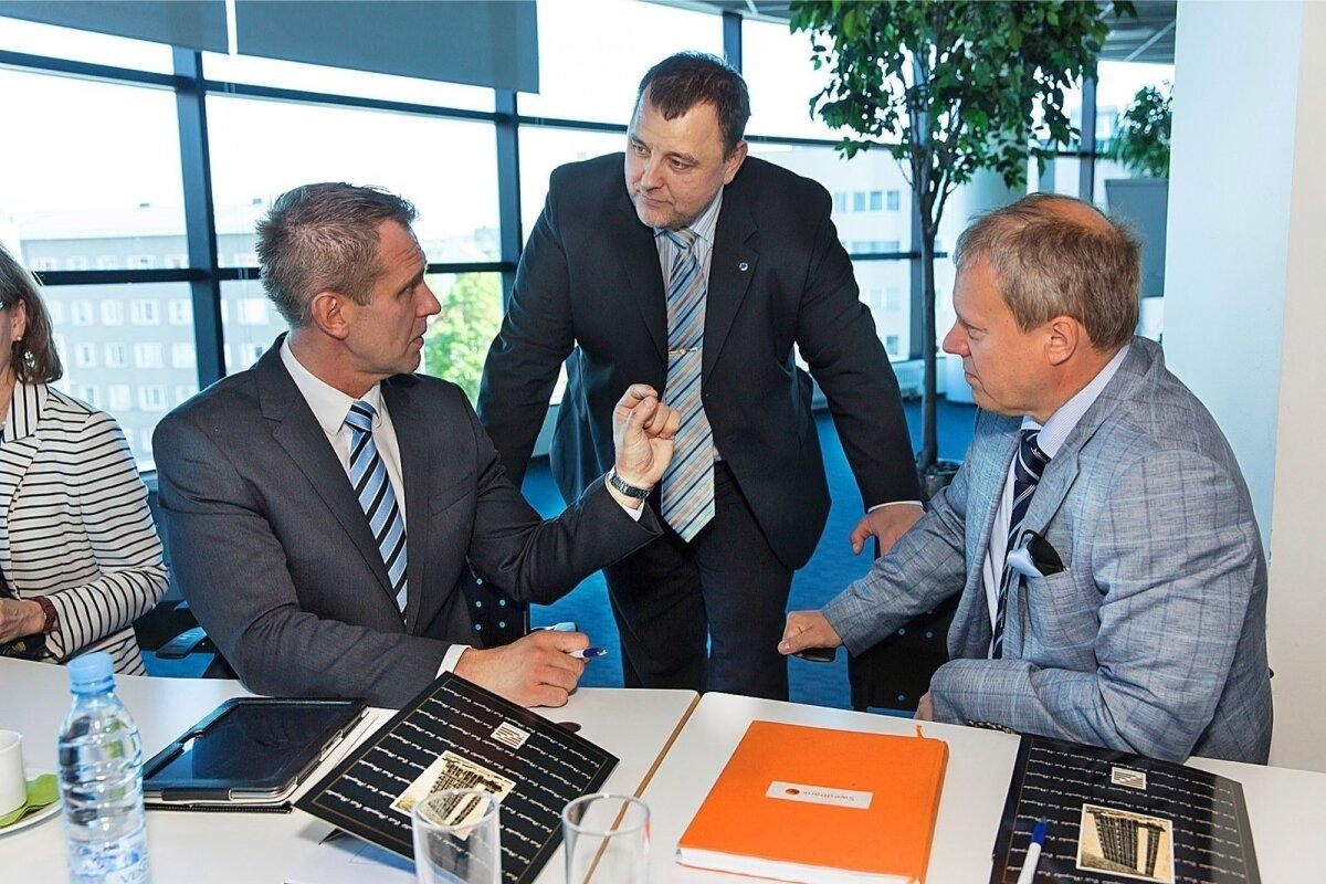 TÖÖHOOS: Aivar Rehe Pangaliidu üritusel vestluses oma vana kolleegi, Swedbanki juhiks tõusnud Priit Perensiga (paremal). Neid kuulab rahandusminister Sven Sester.