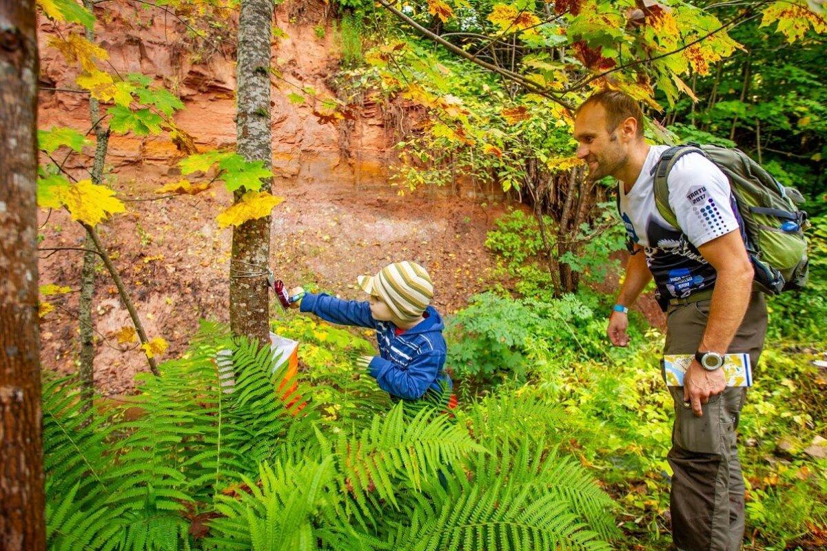 Orienteerumine võib olla ühine tore harrastus, kus looduses kontrollpunktide jahtimist ja perega koos olemist saab ühendada