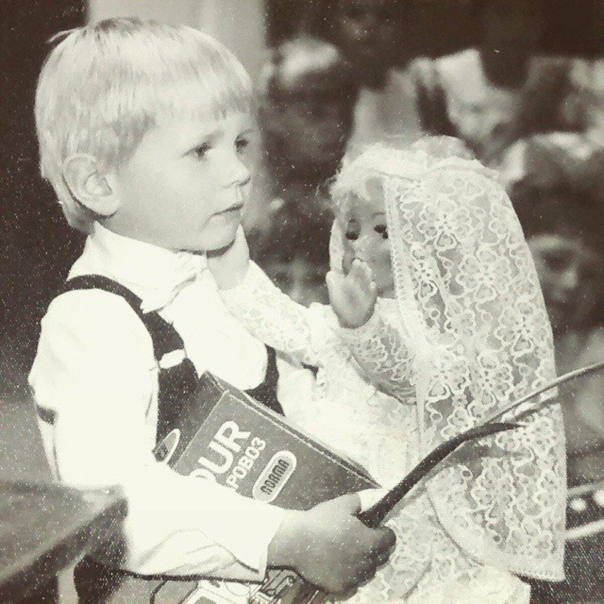 Elu esimene lauluvõistlus, vanust 4 aastat ja ega ma päris täpselt siis veel aru ei saanud, mis toimus. Publiku lemmiku auhinnaks saadud nukk pea sama suur kui mina (1988).