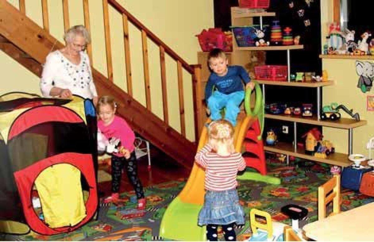 Peetrikese Seitse Sõpra. Tädi Viivi hoiab laste mängimisel hoolikal silma peal
