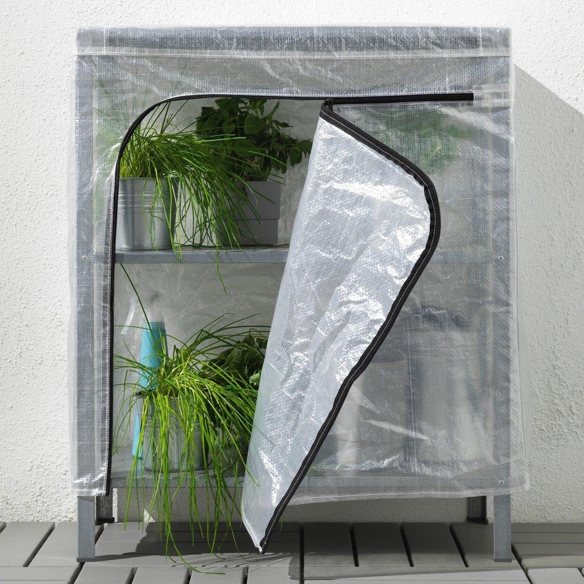 Kui taimeriiulile lisada plastist kate, muutub see lausa väikeseks kasvuhooneks.