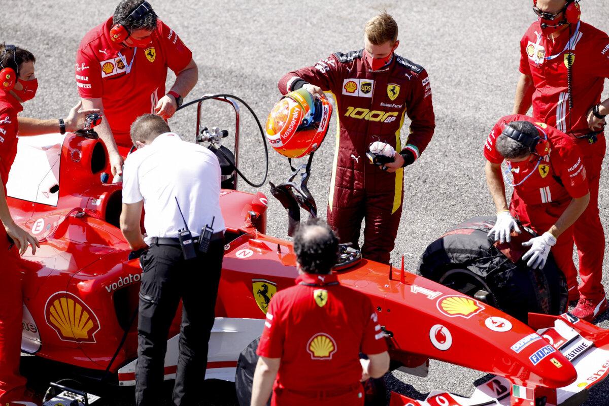 Mick Schumacher ja Ferrari F2004.