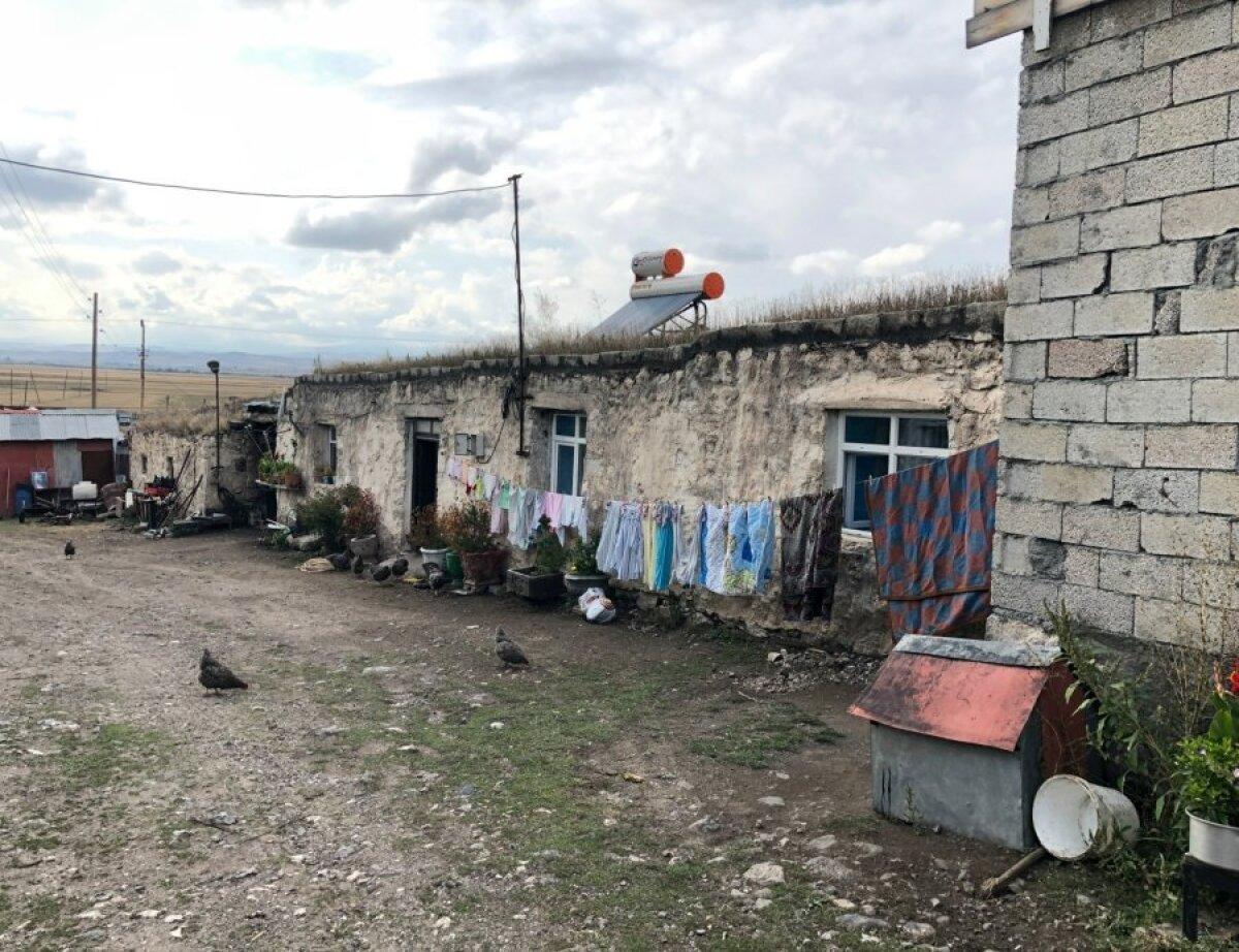 Дом семьи Албук в деревне.