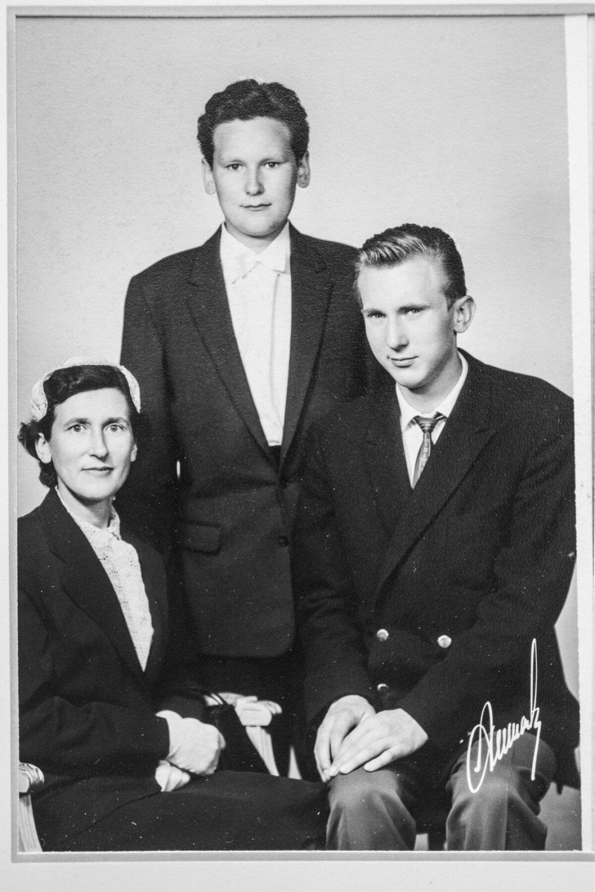 Linda Meri koos poegade Mati ja Ennuga Mati leeripäeval 1950ndail.