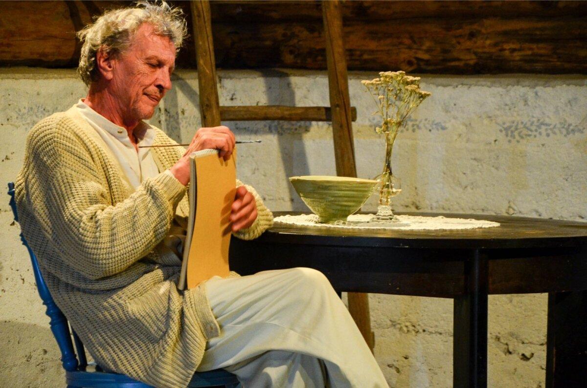 Uku Masinguna on Saueaugu teatritalu laval Aleksander Eelmaa.