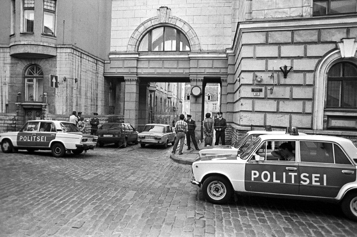 """Valve KGB hoone juures. 1991. aasta 28. augusti Päevaleht kirjutas: """"Eile õhtul võis KGB maja juures näha politseinikke, kes kaitsesid seda nii omavolitsejate sissetungi kui ka dokumentide väljaviimise eest. Ilmselt pole aga sissetungil mõtet, sest Päevalehele usaldusväärsetest allikatest saabunud informatsiooni kohaselt on Eestis tegutseva N. Liidu KGB arhiivid N. Liidus valitseva keerulise sisepoliitilise olukorra tõttu viidud teadmata suunas."""""""