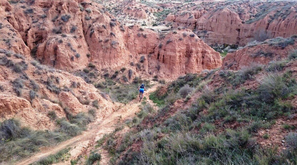 Orienteerumismaastikud laias maailmas on väga erinevad - fotol punased kanjonid Valencia lähistel peetud Hispaania meistrivõistlustel
