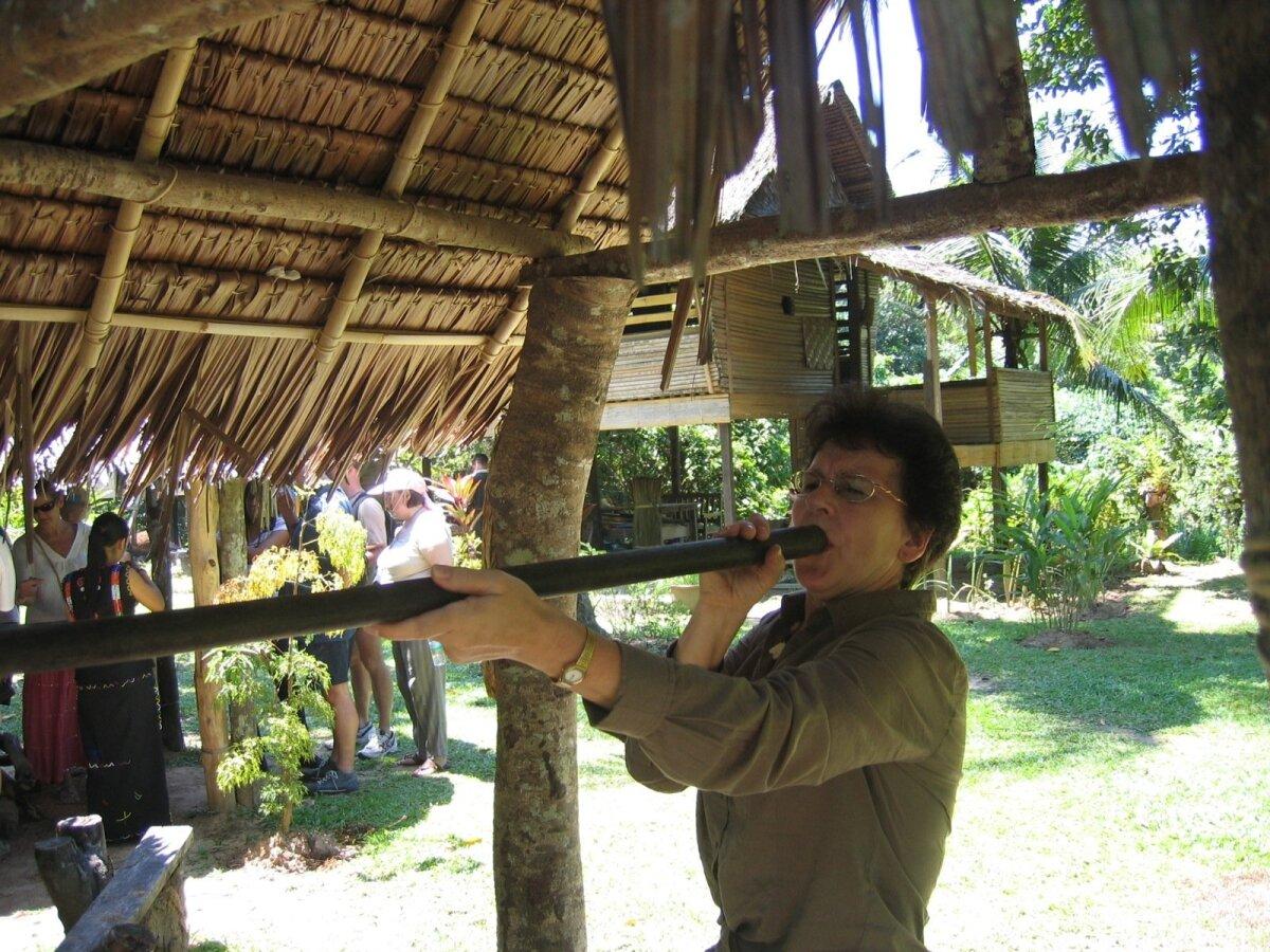 Tiiu harjutab Kalimantani saare kultuurikülas puhkpüssist jahipidamist.