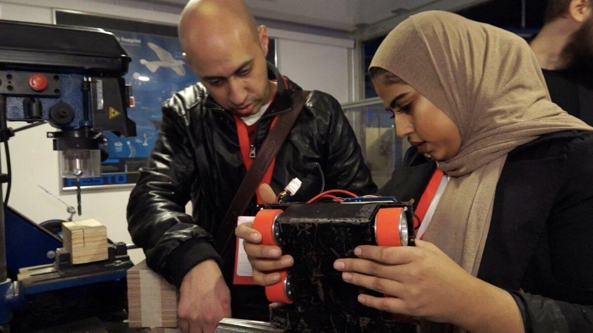 MASIN, KÄIVITU: Afganistani robootikavõistkonna liige Robotexil robotit putitamas.