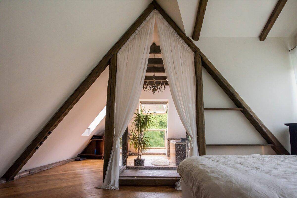 MAGAMISTUBA Kui kõrvalasuv lastetuba välja arvata, on kogu Marko uuesti ehitatud katusealune üks suur avatud ruum, kus kesksel kohal seisab voodi, selle kõrval aga klaasist ja peegelseinaga dušš ning mullivann.