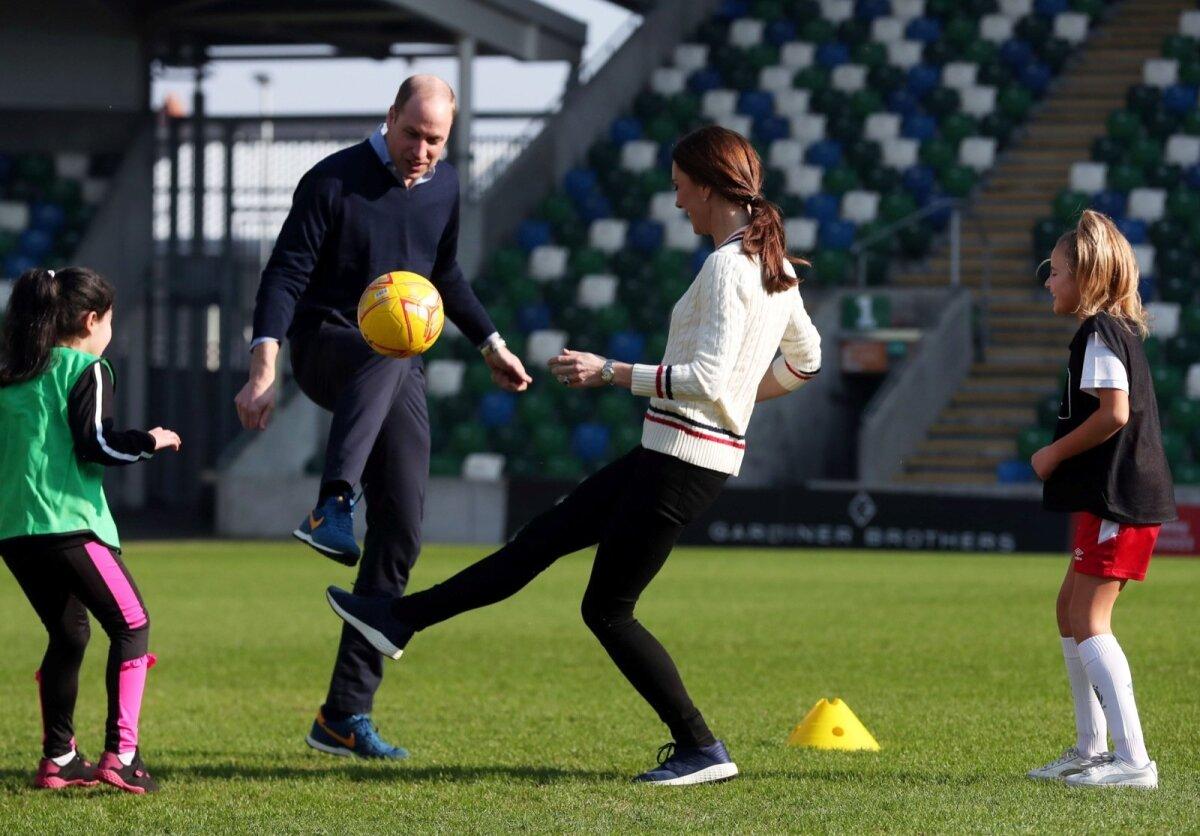 Inglismaa jalgpalliliidu president prints William ja hertsoginna Catherine ei pidanud paljuks Belfastis lastega palli mängida.